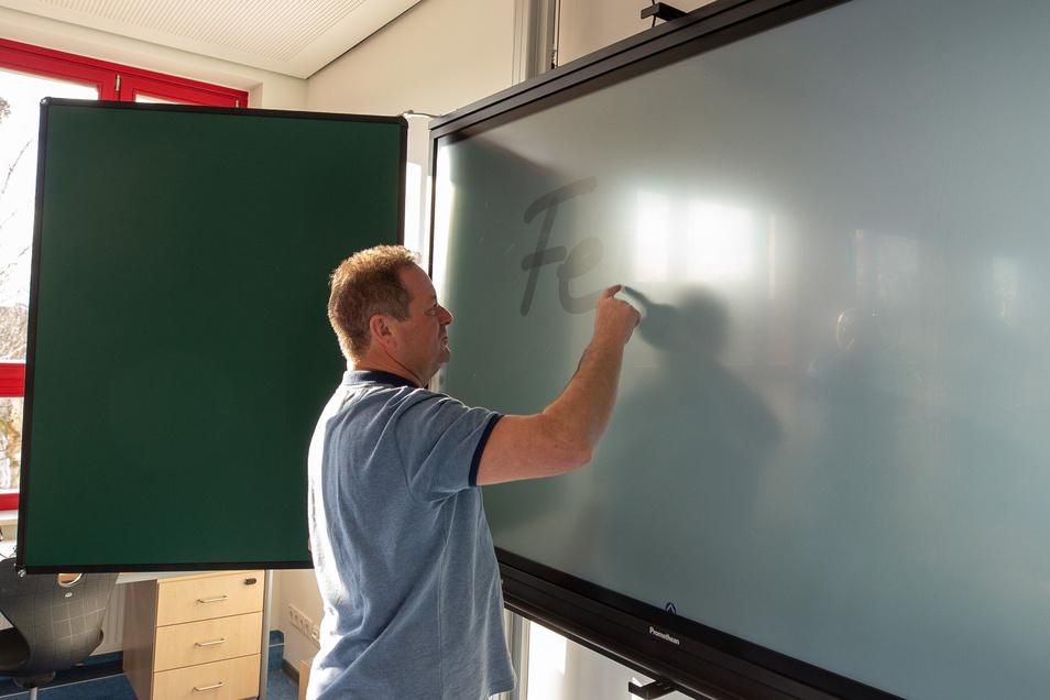 Rainer Eichler testet schon mal die interaktive Tafel im Musikzimmer. Kostenpunkt: an die 10.000 Euro.