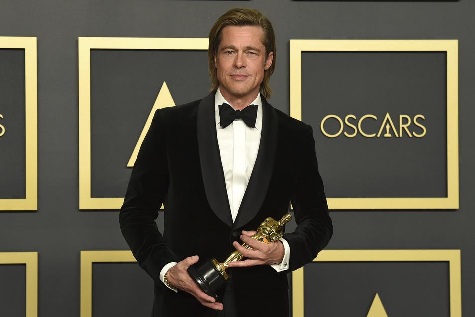 Brad Pitt hält bei der 92. Verleihung der Academy Awards im Dolby Theatre den Oscar als bester Nebendarsteller.