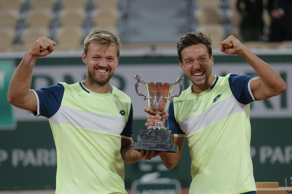 Kevin Krawietz (links) und Andreas Mies feiern mit der Trophäe den Erfolg im Doppel.