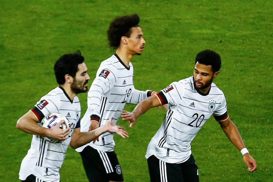 Da gab es noch Hoffnung auf den Sieg: Ilkay Gündogan, Leroy Sane und Serge Gnabry (v.l.) feiern das Tor zum 1:1.
