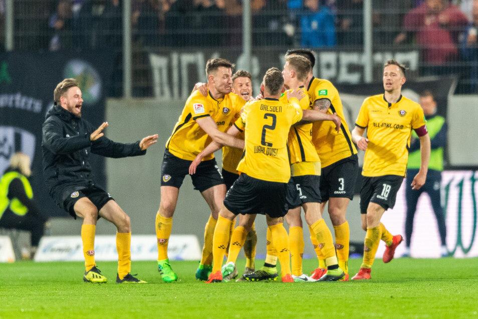 Dynamos Spieler umjubeln ihren Torschützen zum 1:2, Justin Löwe.