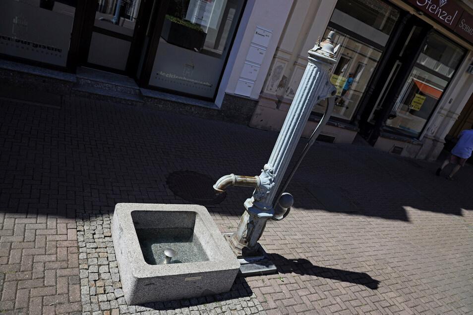 Höhe Durchgang Goethestraße: Auch die historische Pumpe am Boulevard gibt es seit 1992.