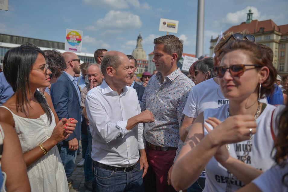 Olaf Scholz (im weißen Hemd) und Martin Dulig mitten vor der Bühne.