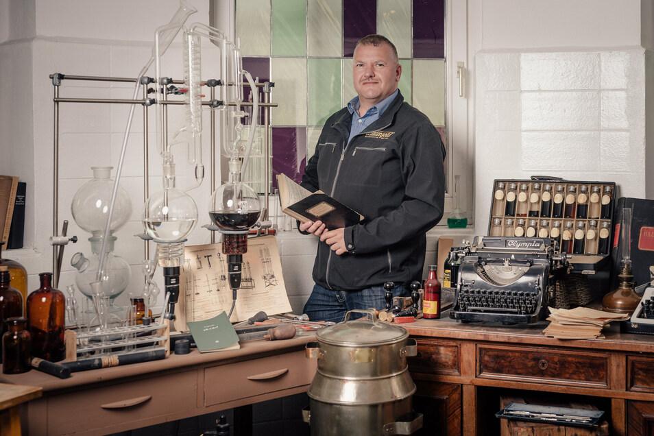 Guter Schnaps hat viel mit Wissen und Erfahrung zu tun. Kleine Labors und Versuchsanlagen gab es in Lauter schon vor vielen Jahren. Jetzt kann man sie im Museum anschauen. Produktionsleiter Mike Schneising ist dort eher selten Gast.