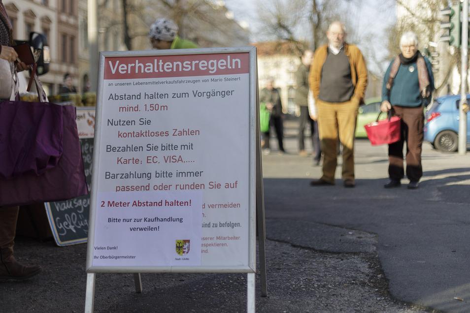 Die Regeln auf dem provisorischen Wochenmarkt in Görlitz sind streng. Nur bei den Abstandsregeln scheint es Uneinigkeit zu geben.