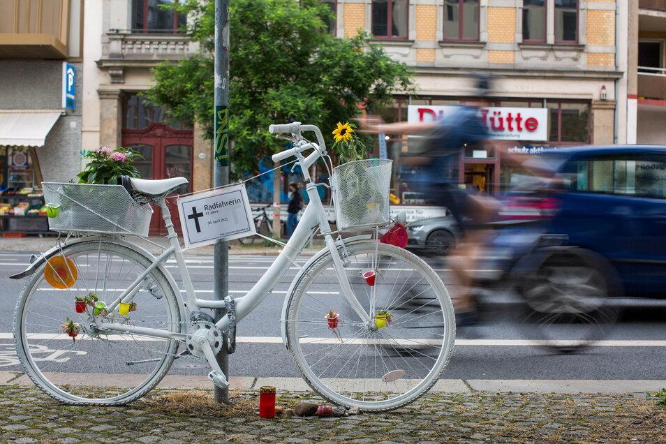 """Das weiße """"Geisterfahrrad"""" an der Bautzner Straße erinnert an eine 61-Jährige, die von einem Lkw erfasst wurde."""