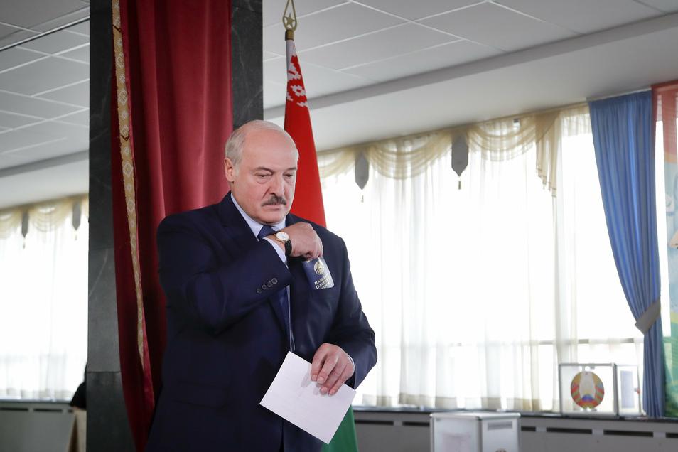 Amtsinhaber Alexander Lukaschenko hat die Präsidentschaftswahl in der autoritär regierten Ex-Sowjetrepublik Belarus nach Angaben der Wahlkommission mit 80,23 Prozent gewonnen.