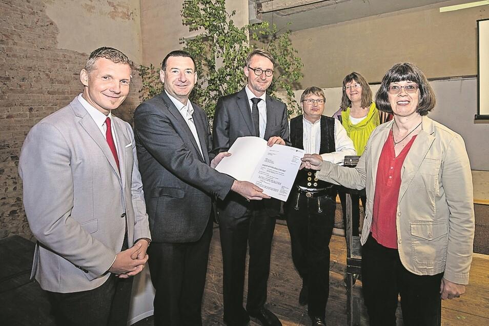 Simone Leonhardi, Katrin Klewe und Thomas Leonhardi (v.r.) nahmen Fördermittel entgegen, die Innenminister Roland Wöller, Landtagsabgeordneter Jens Michel (2.v.l.) und Bürgermeister Tobias Kummer (li.) übergaben.