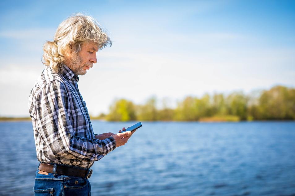 Rolf Jantz, der zu der Community der «Naturgucker» gehört, kartiert mit seinem Smartphone Pflanzen und Tiere.