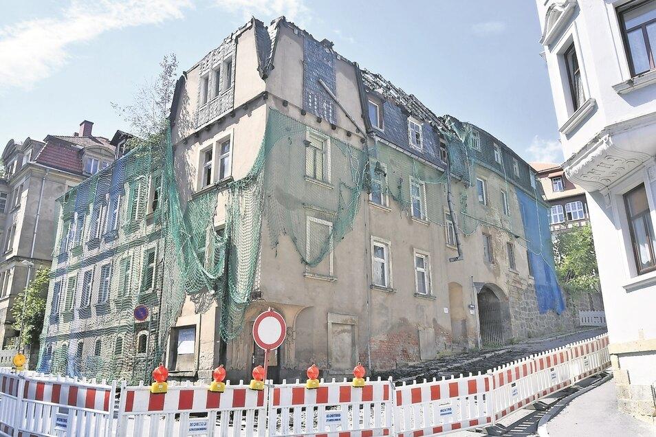 Einen Tag nach dem Brand ist das ganze Ausmaß ersichtlich. Die umliegenden Häuser konnten zum Glück durch die Feuerwehrleute geschützt werden.