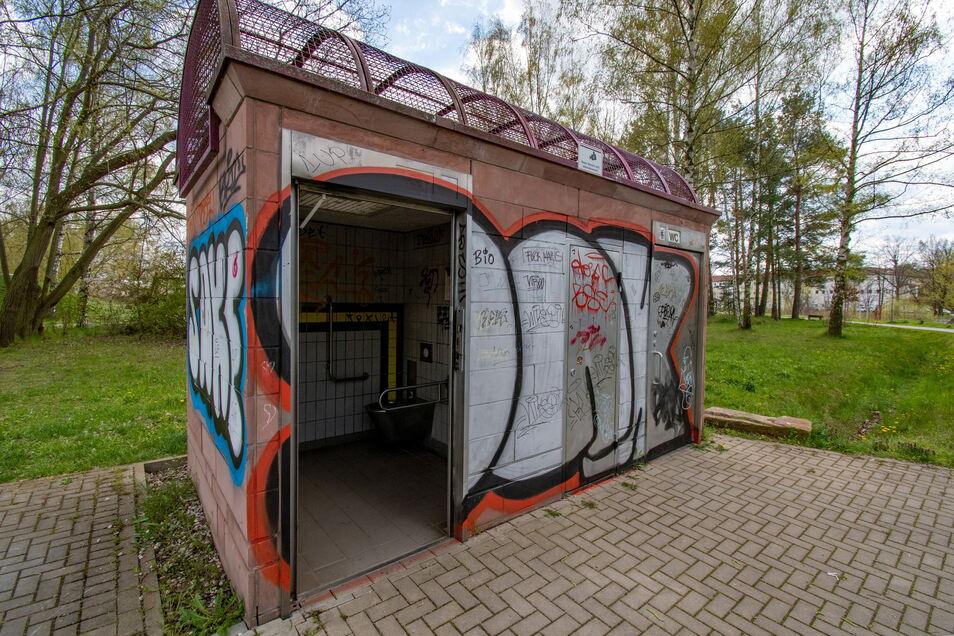 Randalierer haben am Toilettenhaus in den Klosterwiesen die Tür herausgerissen.