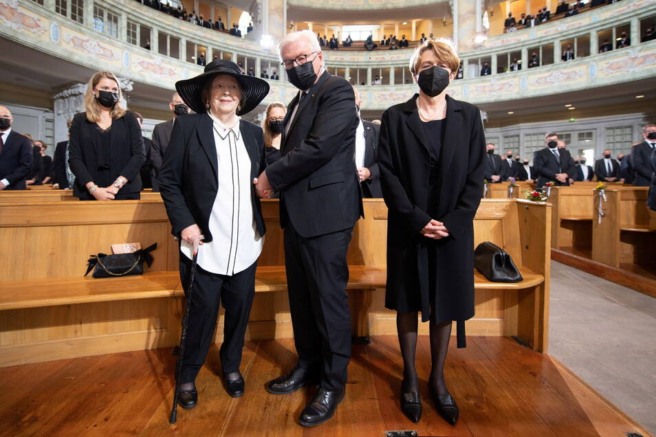 Ingrid Biedenkopf (l-r), Ehefrau von Kurt Biedenkopf, Bundespräsident Frank-Walter Steinmeier und seine Frau Elke Büdenbender stehen zu Beginn des Trauerstaatsakts in der Frauenkirche.