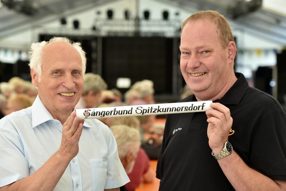 Der Alte und der Neue: Rudolf Preller (links) gibt nach zehn Jahren  die Leitung beim Spitzkunnersdorfer Sängerbund an Jens Köhler ab.
