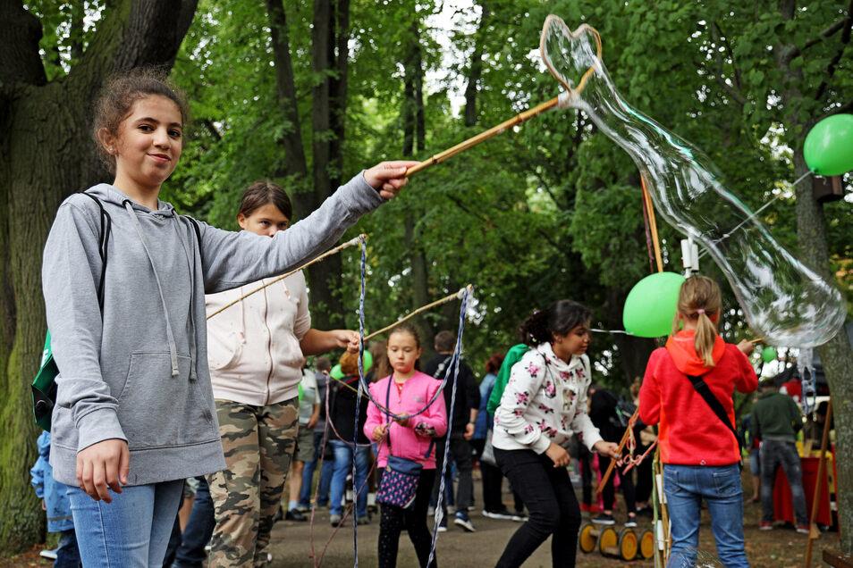 Auch Riesenseifenblasen konnten gemacht werden. Ghzlan gelingt ein besonderes Exemplar.