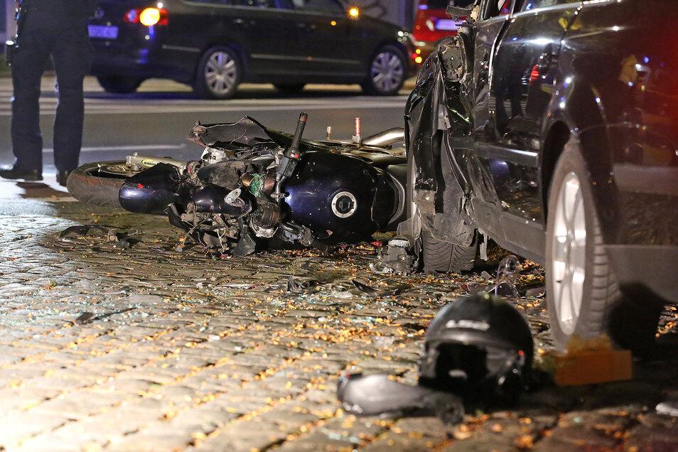 Der Biker soll ohne Führerschein unterwegs gewesen sein, die Maschine war nicht zugelassen. Die Ausfahrt endete für ihn am Pestalozziplatz tödlich.