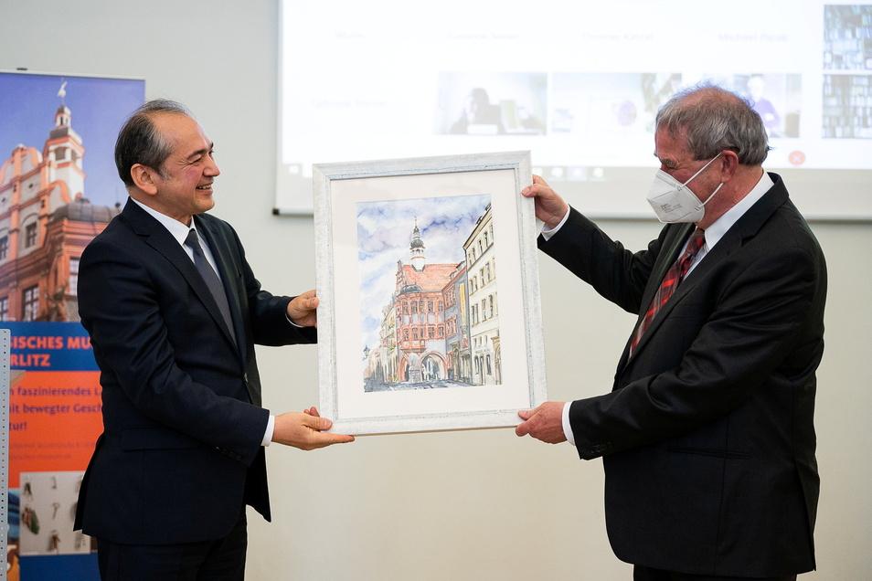 Der Görlitzer Oberbürgermeister Octavian Ursu (l.) dankte Markus Bauer für sein Engagement im deutsch-polnischen Miteinander. Als Geschenk gab es ein Aquarell vom Schönhof.
