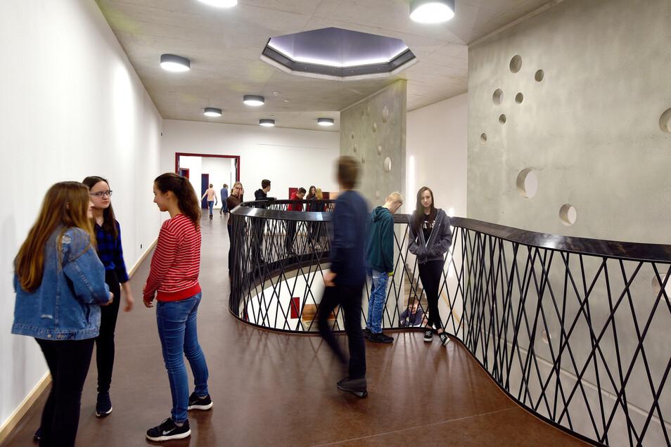 Der helle, modern gestaltete Flur ist schon wegen seiner geschwungenen Form ein Hingucker. Auch die Schüler selbst fühlen sich hier sichtlich wohl.