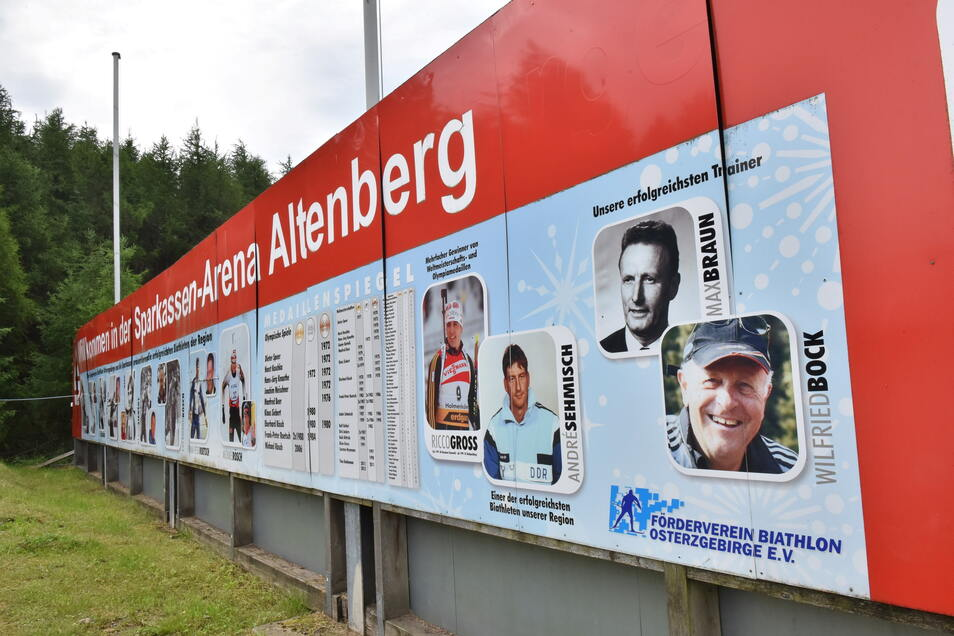 Auf einer XXL-Tafel sind am Stadion die Erfolge der Zinnwalder Athleten aufgelistet- eine Art Ahnentafel des sächsischen Biathlons.