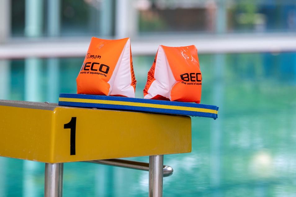 Monatelang konnten weder in der Schule noch sonst Schwimmkurse stattfinden. Nun ist der Sommer da - der verpasste Schwimmunterricht soll auch in Sachsen nachgeholt werden.