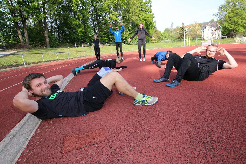 Unter der Anleitung von Martin Scheidig (vorne links) und Glenn Bauerochse (vorne rechts) trainiert seit vergangener Woche die Outdoor-Sportgruppe vom ML Sports im Stadion Bürgergarten.