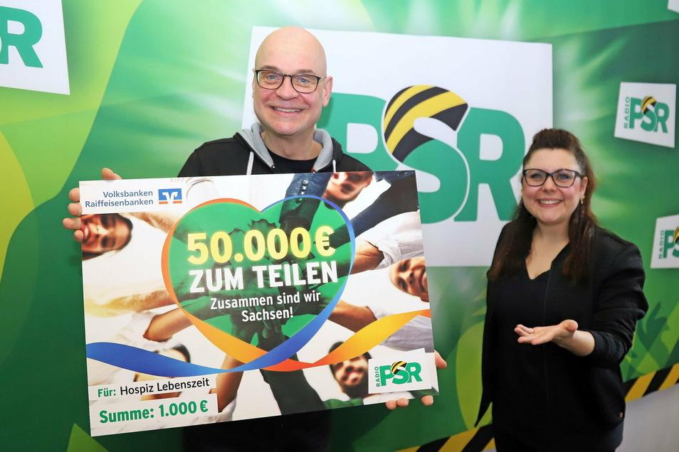 Steffen Lukas und Claudia Switala von Radio PSR mit dem symbolischen Scheck für das Hospiz Lebenszeit in Leisnig.