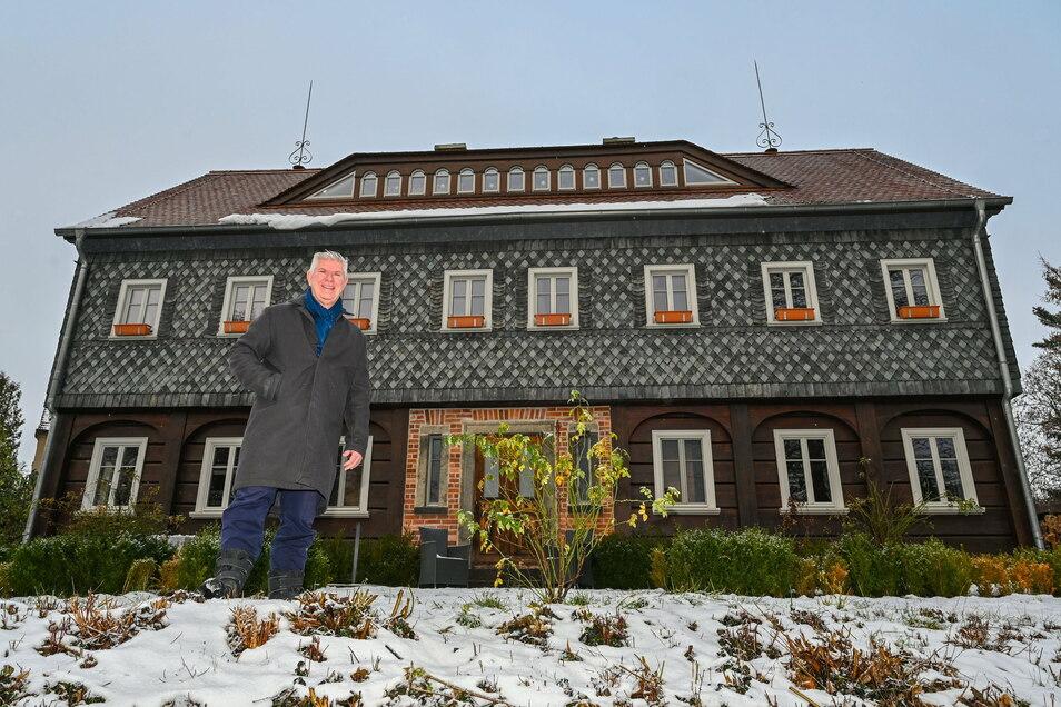 Thomas Mix vor seinem Umgebindehaus in Buckow. Das Gebäude ist in der Märkischen Schweiz eine Rarität - und ein Hingucker.