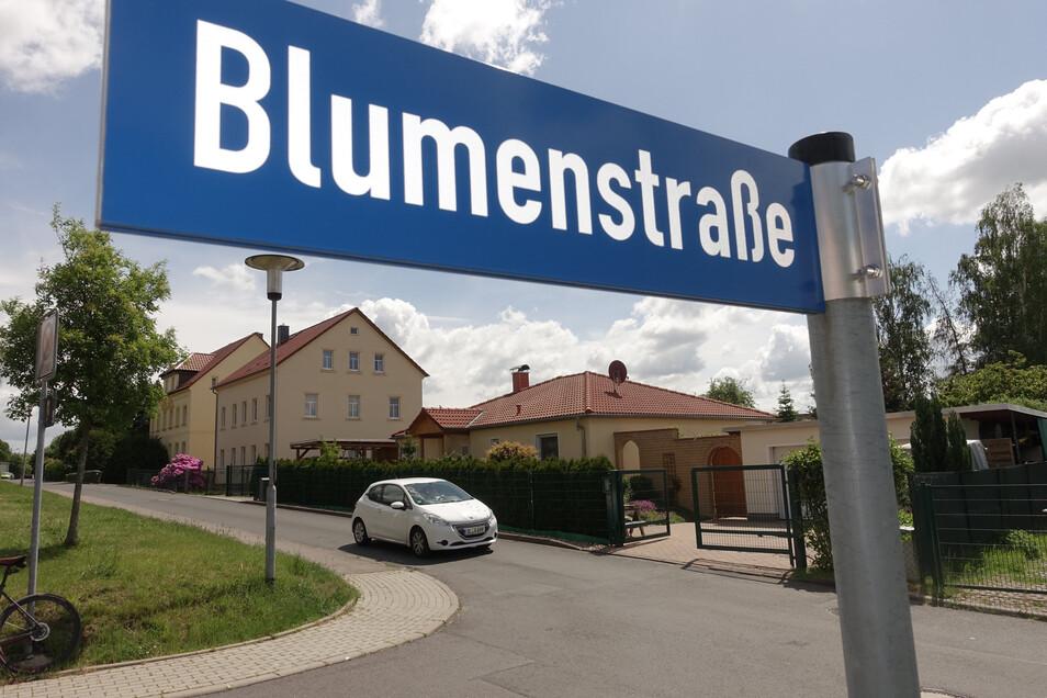 Die Kreuzung der Blumenstraße/Oberranschützer Straße wird gepflastert. Das soll die Geschwindigkeit senken und die Durchfahrt unattraktiv machen.