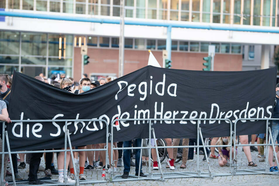 Demonstrationen unter Hygiene-Auflagen: Pegida-Gegner am Montagabend auf dem Dresdner Altmarkt.