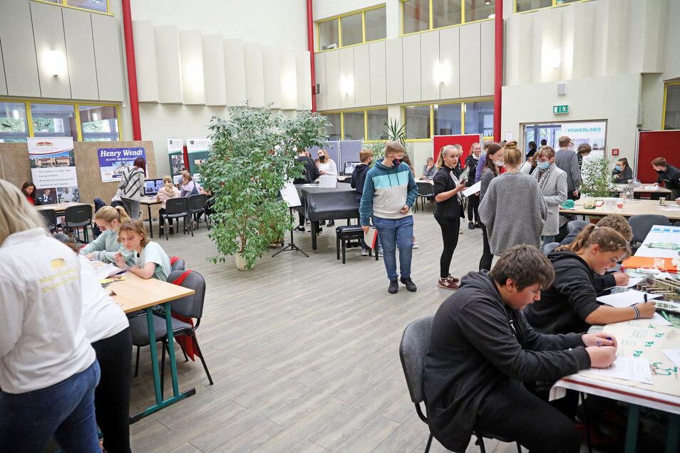 Im überdachten Innenhof der Oberschule konnten sich die Jugendlichen über hiesige Firmen und ihre Ausbildungsangebote informieren.