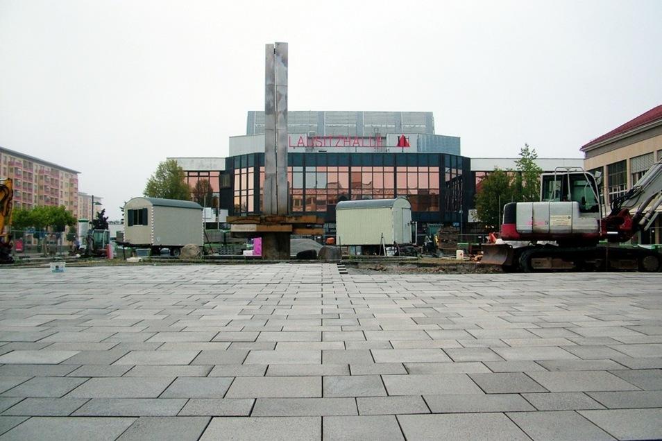 Hoyerswerdas Lausitzer Platz, die Nordwestseite, also gesehen vom Ex-Centrum her in Richtung Lausitzhalle. Hier ist er schon so gut wie fertiggestellt ...