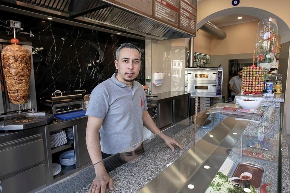 """Ali Acibucu hat diese Woche seinen Döner-Imbiss """"Peperoni"""" am Postplatz 16 eröffnet. Dank Eröffnungsangeboten war der Laden gleich richtig voll."""
