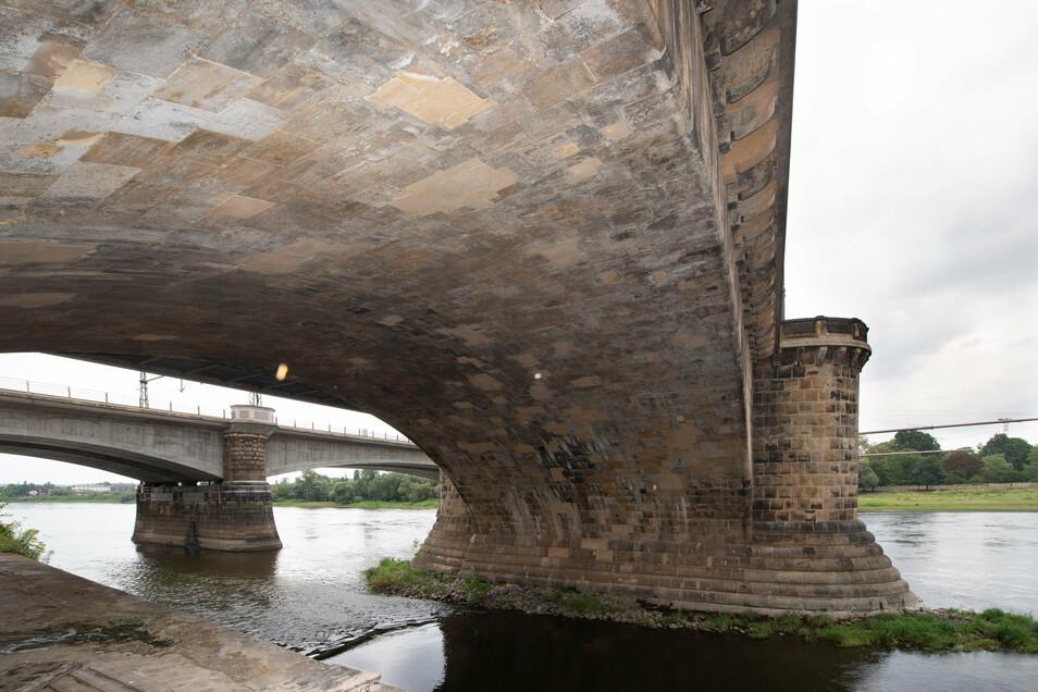 In die Brückengewölbe ist Wasser eingedrungen, was an vielen Stellen sichtbar ist.