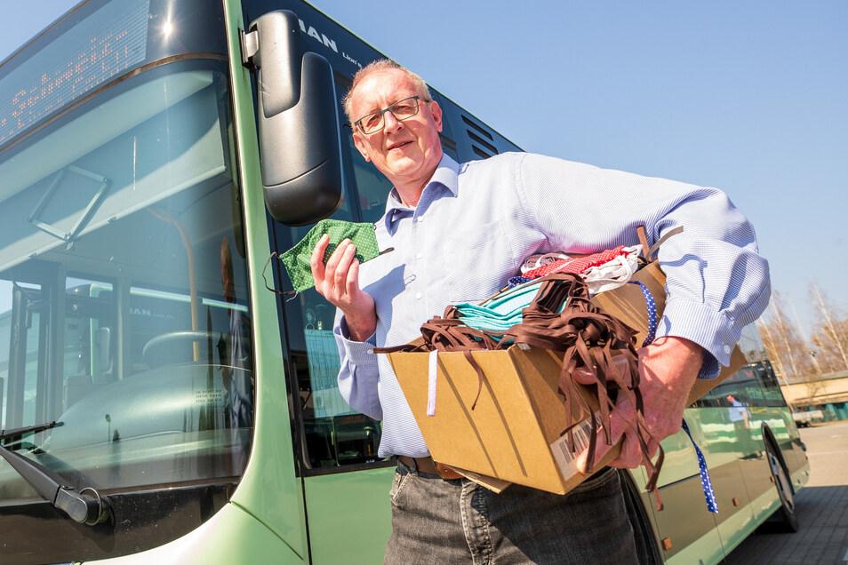 """RVSOE-Geschäftsführer Uwe Thiele freut sich über 1.000 Stück Mundschutz, die die Kreativwerkstatt """"Landfee"""" für die Busfahrer genäht hat. Corona ist aber nicht das einzige Problem."""