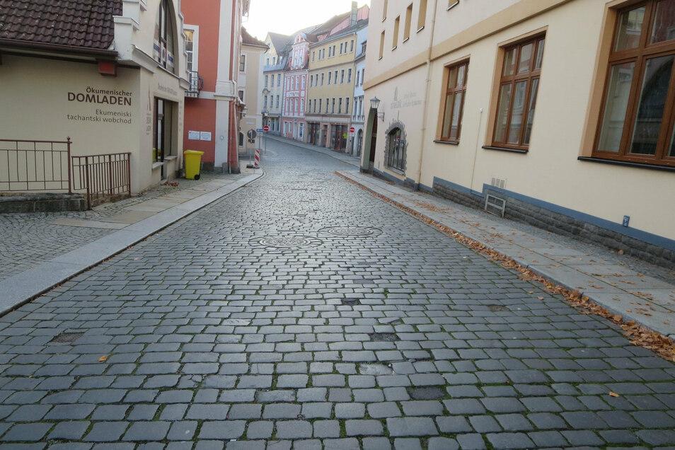 Das Großpflaser auf der Straße An den Fleischbänken in Bautzen weist Schäden auf. Jetzt lässt die Stadt es ausbessern.