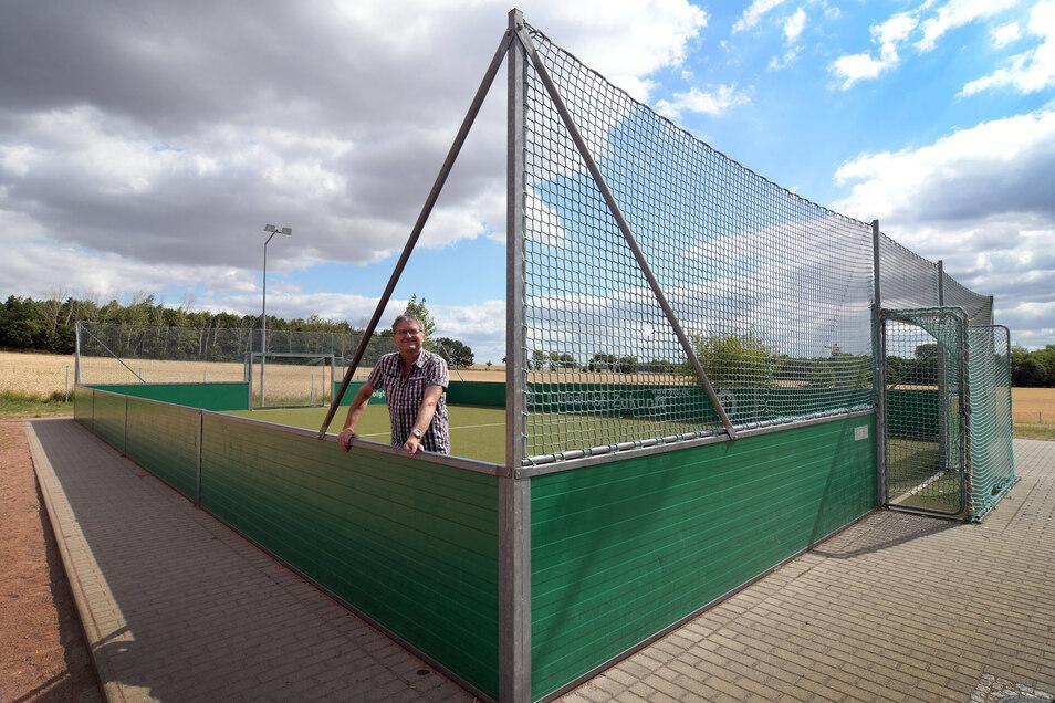 So, nur etwas kleiner, könnte das Fußball-Minifeld an der Grundschule Ostrau aussehen. Rüdiger Lorenz, stellvertretender Schulleiter, zeigt den Soccer-Court, den es an der Oberschule Stauchitz seit 2008 gibt.