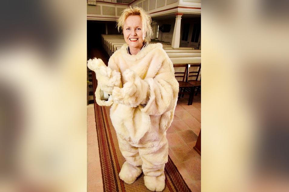 Catharina Karlshaus machte sich im April 2014 sogar zum Eisbär. In der Kirche Lenz schlüpfte sie in das plüschige Kostüm, das Pfarrer Zehme seitdem für Kindergottesdienst nutzt.