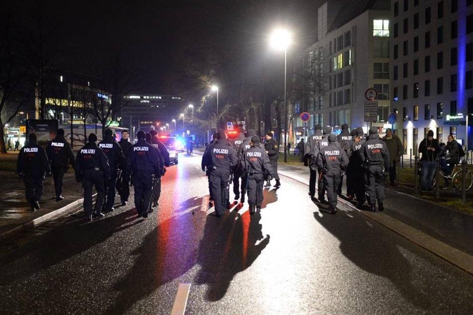 Polizeibeamte sichern die Demonstration ab.