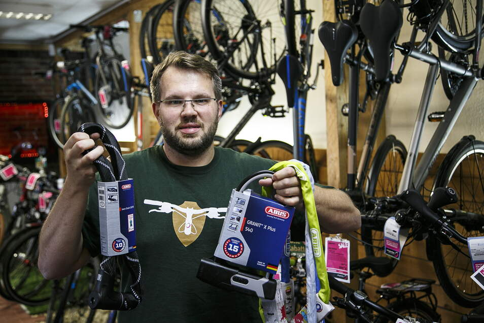 Daniel Reichstein führt in seinem Fahrradgeschäft Little John Bikes neben Fahrrädern auch Zubehör wie diese Fahrradschlösser.