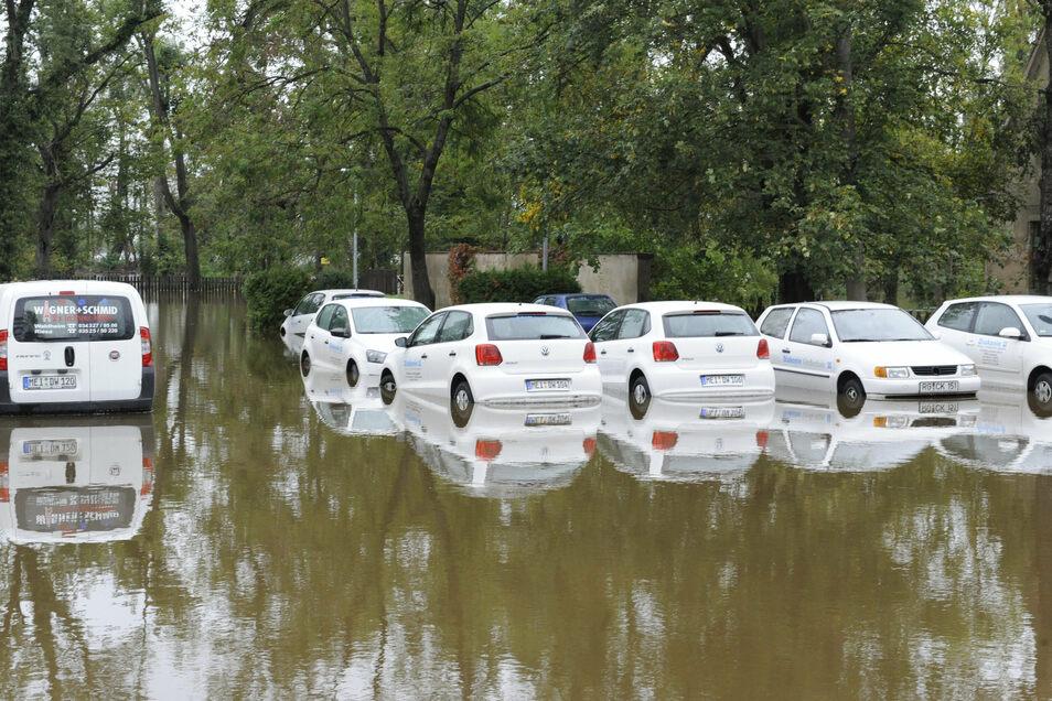 Weil in der Nacht zum 29. erst Entwarnung gegeben wurde, dann die Flut kam, blieben diese Autos stehen.