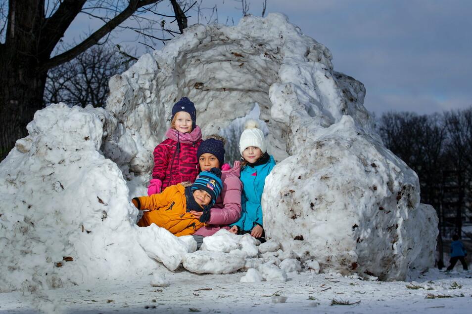 Senta, Lana, Aria (v.l. hinten) und Elvin (vorne) haben Spaß in einem etwas ramponierten Schneeiglu im Alaunpark.