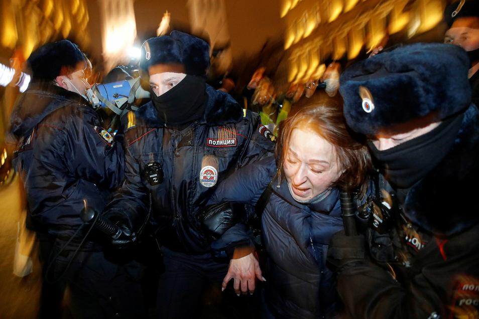 Polizisten verhaften bei einem Protest eine Anhängerin Nawalnys auf dem Roten Platz.