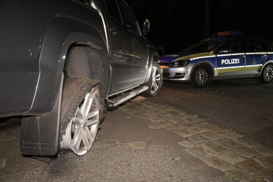 Nur noch auf der Felge rollte der VW Amarok am Ende der Verfolgungsfahrt.