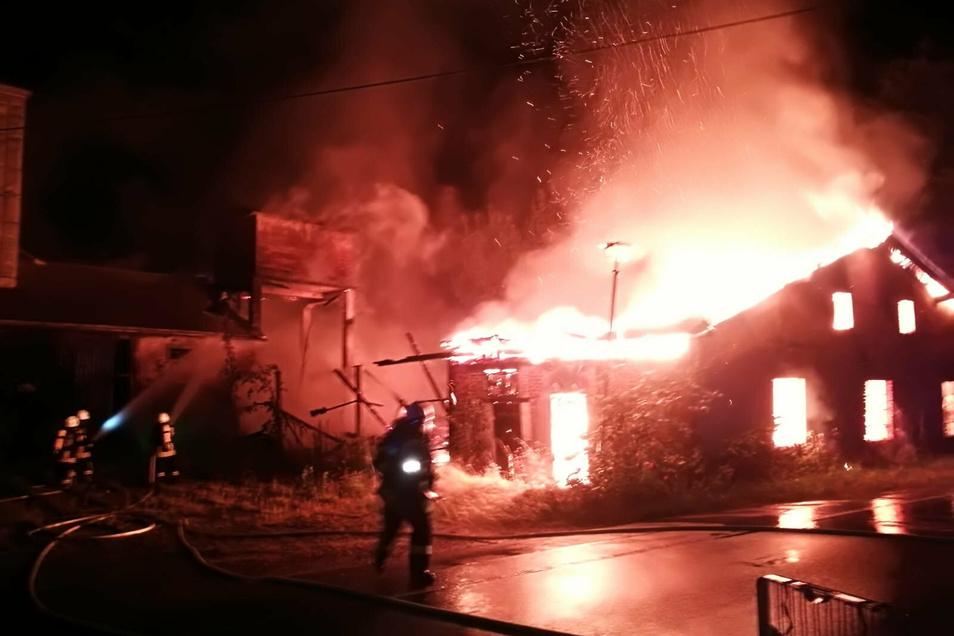 Ein leerstehendes Gebäude an Müglitztalstraße bei Bärenstein brannte ab.