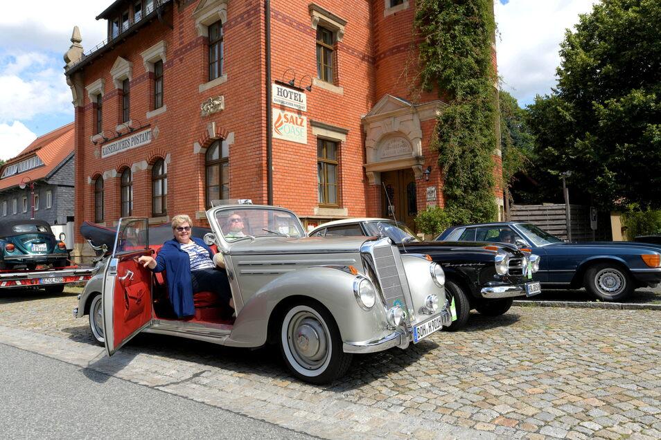 Dieses silbergraue Mercedes-Cabrio, Jahrgang 1952, aus Nordrhein-Westfalen und weitere Oldtimer hielten am Montagmittag am Quirle-Häusel in Waltersdorf.