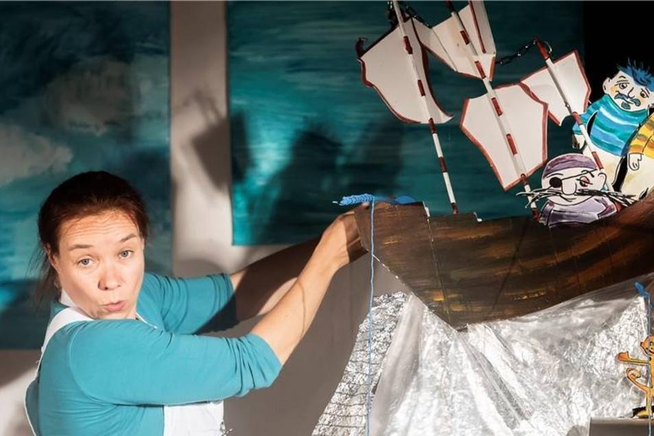 Beim Puppenspielfest in Hohnstein tanzten nicht nur die Puppen. Künstlerin Steffi Lampe schickte in ihrem Stück ein Boot auf die Reise.