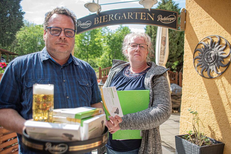 Wirtin Ulrike Ehlert und ihr Mann Kevin freuen sich nur verhalten auf die Wiedereröffnung des Biergartens ihrer Altertumsschänke in Kamenz. Unter den geltenden Corona-Regelungen ist vieles schwierig.