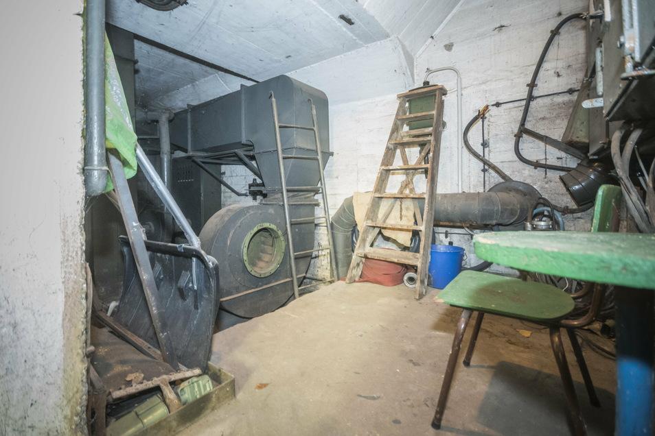 In einem Raum gleich neben der Zufahrt steht die Belüftungsanlage. Sie funktioniert nach wie vor – und macht im Betrieb einigen Lärm.