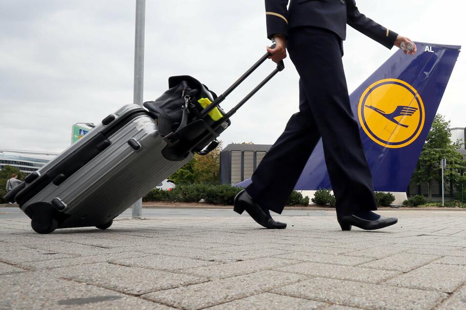 Bei der Lufthansa gibt es Streit um die Abfindungsangebote für Flugbegleiter.