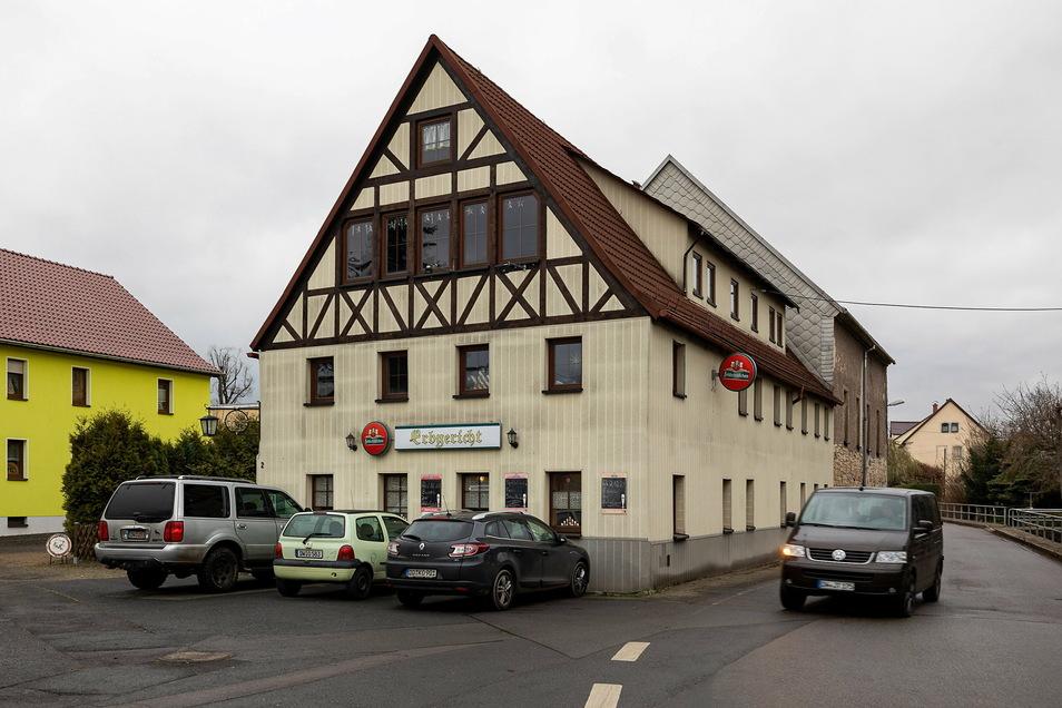 Das Erbgericht liegt zentral mitten im Dorf und hat auch die Bushaltestelle vor der Tür.