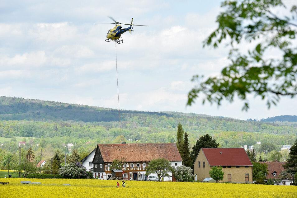 Ein besonderer Tag für Waltersdorf, das Zittauer Gebirge und die ganze Oberlausitz: Am Mittwoch hat ein Hubschrauber die Teile für die neue Aussichtsplattform auf den Lausche-Gipfel gebracht.